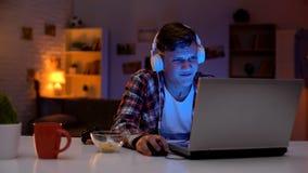 过于情绪化的青少年的男孩丢失的电子游戏,不充分的情感反应,上瘾者 库存照片