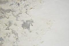 过份湿气可能导致模子和削皮油漆墙壁例如雨水泄漏或水泄漏 库存照片