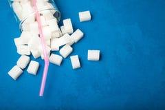 过份糖内容的概念在汁液或碳酸化合的饮料的 r 图库摄影