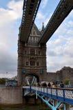 过伦敦,欧洲的塔桥梁游人 免版税库存照片
