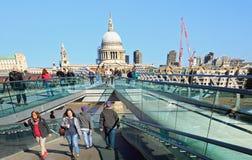 过千年桥梁的游人在伦敦, 2017年 免版税库存图片