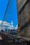 过去布鲁克林大桥的了不起的工作 库存照片