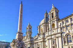过去的教会方尖碑的纳沃纳广场罗马意大利圣徒Agnese 免版税库存照片