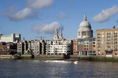 过在泰晤士河的人们千年桥梁连接伦敦市与南银行 免版税库存照片