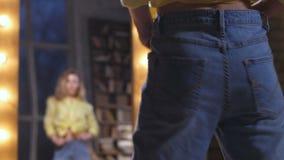 过大的牛仔裤的女性享受亭亭玉立的身材的 股票视频