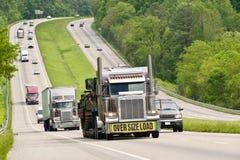 过大的装载移动的高速公路 免版税库存图片