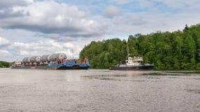 过大的货物的运输在Volkhov河的 免版税库存图片