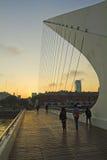 过妇女的桥梁的步行者 马德罗港neig 图库摄影