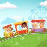 过山车孩子 乘坐在游乐场传染媒介动画片行动背景中的吸引力孩子 库存例证