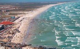 过度拥挤的海滩和海滩行人全景远景  库存图片