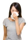 过敏亚洲妇女的鼻子 免版税库存照片
