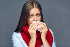 过敏或流感拿着纸组织的憔悴妇女 库存照片