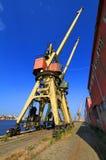 过时起重机在造船厂 免版税库存图片