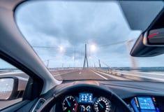 过有一辆现代汽车的桥梁,驾驶舱视图 库存照片