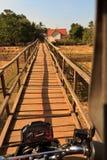过有摩托车的一座小木桥梁 库存照片