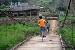 过有自行车的孩子一座桥梁在越南 库存照片