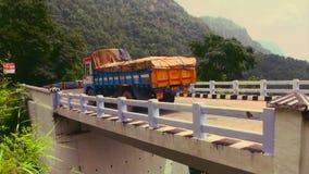 过桥梁的卡车 股票录像