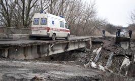 过桥梁的救护车 库存照片
