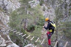 过桥梁的登山家 免版税库存照片