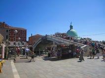 过桥梁,威尼斯-意大利的游人 免版税库存图片