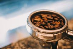 过滤器持有人和咖啡豆 库存图片