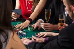 过程中的扑克牌游戏 图库摄影
