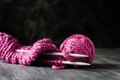 过程中被编织的桃红色猫咪的帽子 库存图片