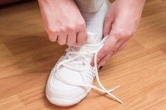 过程的体育运动鞋衣物  免版税库存图片