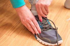 过程的体育运动鞋衣物  图库摄影