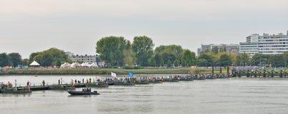 过舟桥的访客纪念第一次世界大战的受害者 库存照片