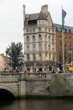 过著名OConnell桥梁,在城市的心脏的人人群,都伯林,爱尔兰, 2014年10月 免版税库存照片