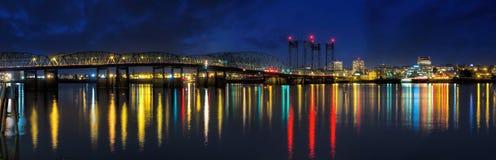 过跨境5桥梁的哥伦比亚河在晚上 库存图片