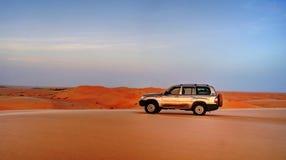 过路汽车在沙丘顶部 免版税图库摄影