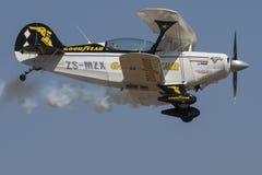 过去固特异老鹰乐队Pitts特别飞行 库存照片