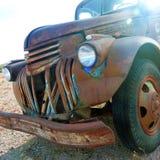 从过去的一件遗物-老生锈的卡车 免版税库存照片