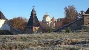 迈克尔` s大教堂和普斯克夫Pechersk修道院,晴朗的10月早晨的塔 Pechory,俄罗斯 影视素材