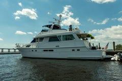 迈尔斯堡,佛罗里达- 2015年5月01日:在口岸的游艇在迈尔斯堡 Caloosahatchee河 库存图片