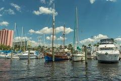 迈尔斯堡,佛罗里达- 2015年5月01日:游艇和小船在口岸在迈尔斯堡 Caloosahatchee河 免版税库存照片