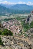迈泰奥拉岩石山和Kalabaka市,希腊 库存照片