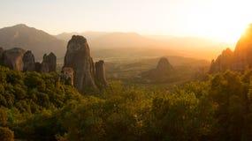 迈泰奥拉,希腊岩石的日落  免版税库存图片