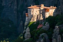 迈泰奥拉 在修道院的美丽的景色被安置在高岩石边缘 免版税库存照片