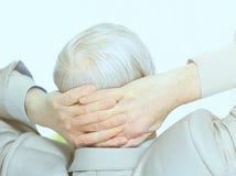年迈的商人,基于断裂 分开的办公室背景 免版税库存照片