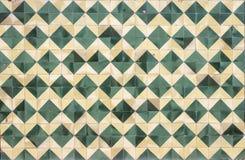 年迈的墙壁丝毫绿色和奶油变老了马赛克 免版税库存照片