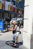 年迈的妇女plaing的吉他 免版税图库摄影