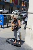 年迈的妇女plaing的吉他 免版税库存照片