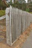 年迈的木变苍白的篱芭 免版税库存照片