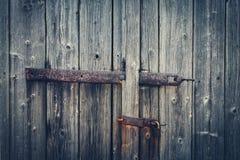 有铰链和锁的(葡萄酒样式)年迈的木门 免版税库存图片