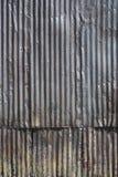 年迈的波纹状的钢墙壁-垂直 库存图片