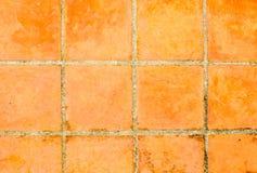 年迈的瓦片方形的黏土桔子地板 免版税库存照片