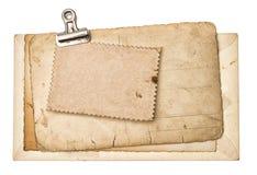 年迈的空白使用了与金属夹子的纸板料 免版税库存照片